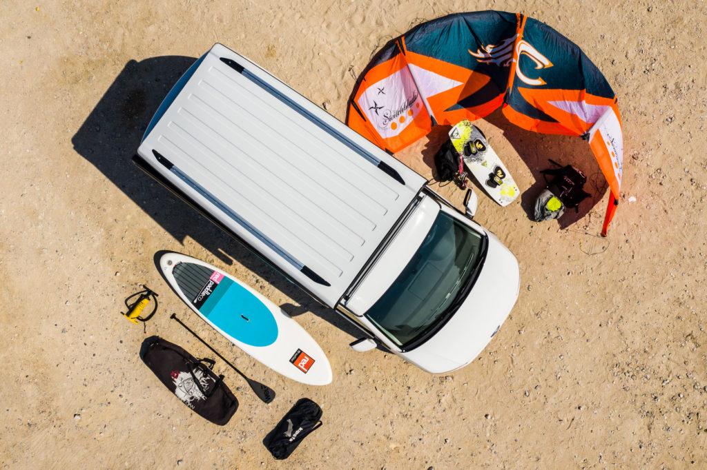 Volkswagen California Beach disponible en alquiler en Caravanas Osito.