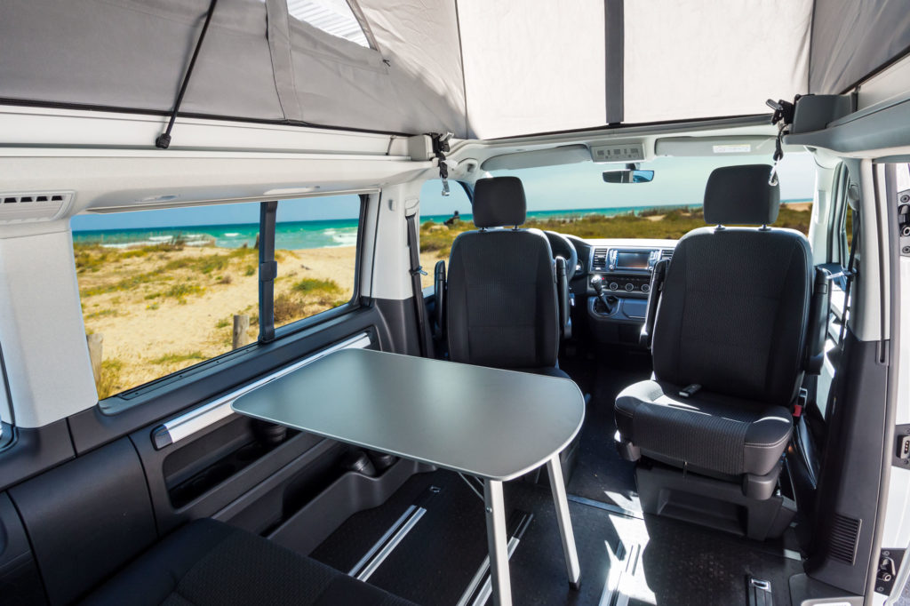 Mesa de la Volkswagen California Beach montada en el interior.