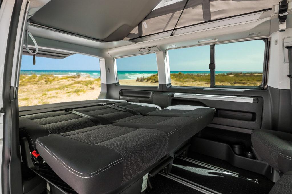 Banqueta trasera convertida en cama en la Volkswagen California Beach